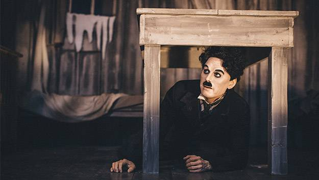 "photo de chaplin sous la table, extrait du film ""La Ruée vers l'Or"""